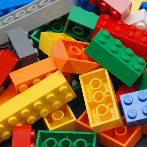 В качестве отделки для лестницы в одной из квартир Манхэттена использовали 20000 блоков Lego
